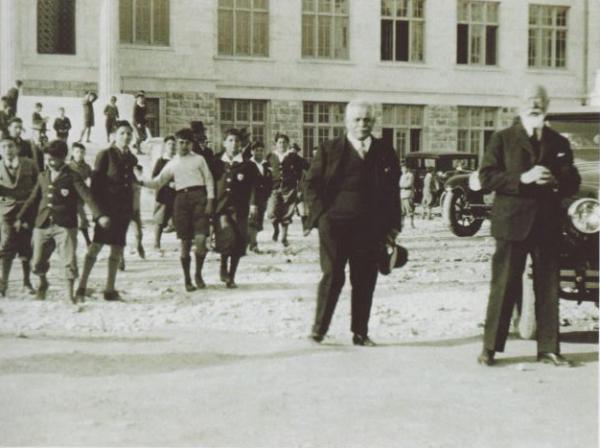 """Κολλέγιο Αθηνών. Το σχολείο που ιδρύθηκε με τη στήριξη του Βενιζέλου για να  """"έχει την ελευθερία για καινοτομίες που στερείται το δημόσιο σχολείο"""".  Πρώτος πρόεδρος ο Χαριλάου, που έδωσε το όνομά του"""